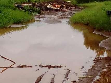 Acúmulo de lixo e de água bloqueia passagem de veículos no Guanandi
