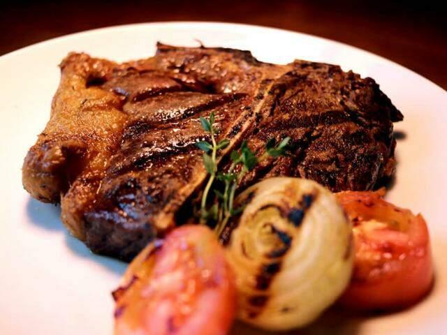 Este T-Bone Steak vai sair por R$ 60,00 no Domus Bistrot, acompanhado de chimichurri e legumes assados. (Fotos: Divulgação)
