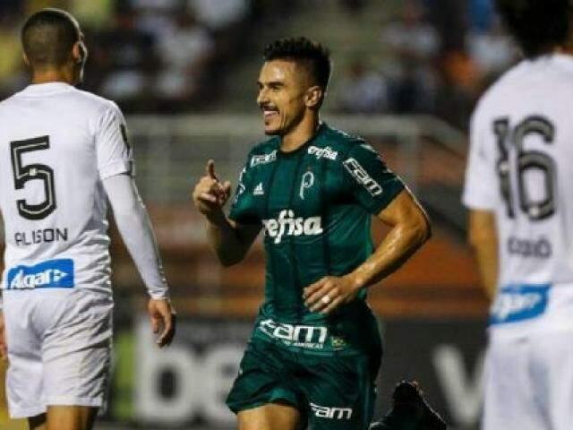 Wilian comemorando o seu gol que garantiu a vitória do Verdão, esta noite (24). (Foto:Ale Cabral/ Agif/Gazeta Press)