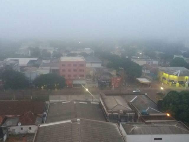 Imagem mostra Dourados amanhecendo com neblina nesta segunda-feira. (Foto: Alison Souza/Divulgação)