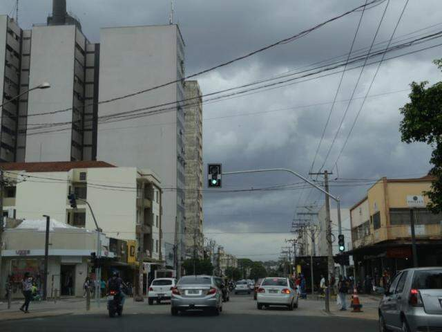 Céu nebuloso nesta tarde na região central de Campo Grande (Foto: Kísie Ainoã)