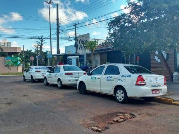 Taxistas apostam na fidelização dos clientes que não migraram para a Uber (Foto: Amanda Bogo)