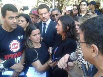 Após manifestação, prefeito recebe professores para negociar salários