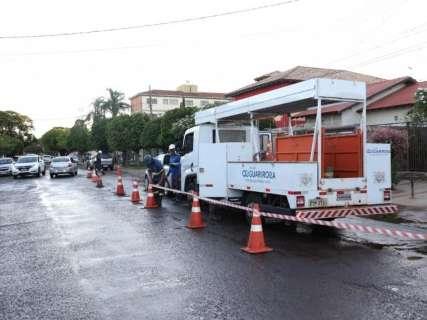 Cano estoura e vazamento de água toma conta de rua na Vila Bandeirante
