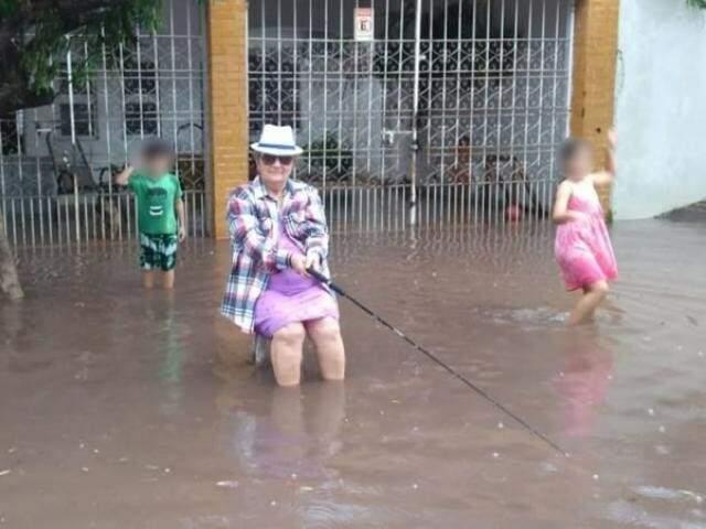 Em Corumbá, mulher encenou pescaria ao lado de crianças após chuvarada em novembro (Foto: Arquivo/ Diário Corumbaense)
