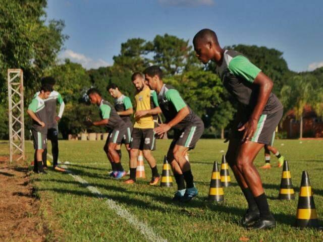 Jogadores do Novoperário treinam para partida decisiva no fim de semana (Foto: Fernando Antunes)
