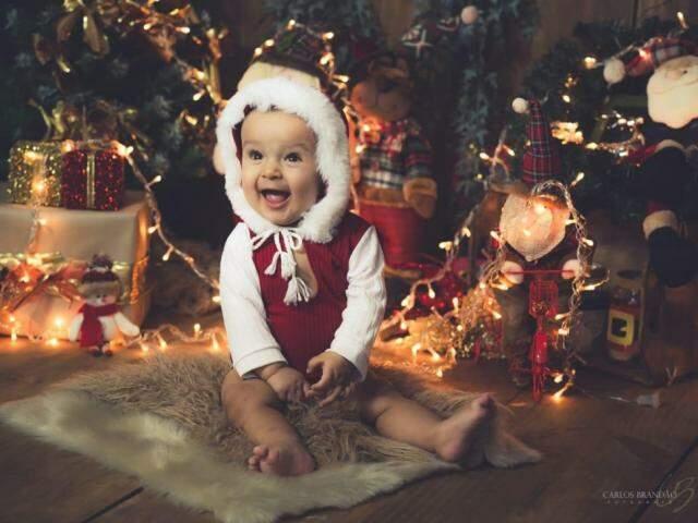 Arthur, de 8 meses, ri de todas as brincadeiras e enfeites natalinos feitos pela família. (Foto: Carlos Brandão)
