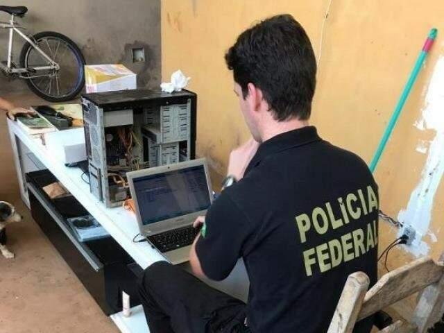 Perito examina computador de suspeito em operação. (Foto: Divulgação)