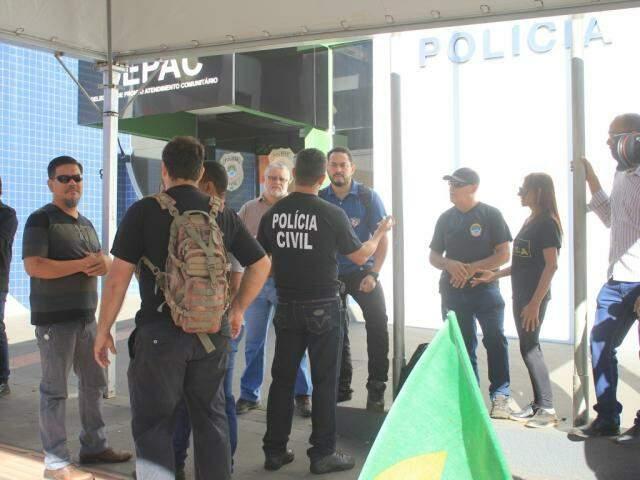 Policiais civis concentraram o protesto em uma tenda em frente a Depac Centro, na rua Padre João Crippa (Foto: Marina Pacheco)