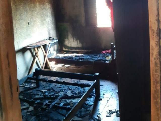 Móveis de um dos quartos da residência foram completamente consumidos pelo fogo. (Foto: Rio Brilhante em Tempo Real)