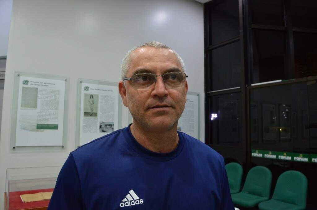 Ronaldo Garcia é professor e contou que vem conversando com a esposa sobre adoção, pois planejam aumentar a família (Foto: Alana Portela)