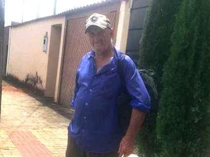 Solitário, idoso desembarca na cidade e pede apoio para localizar parentes