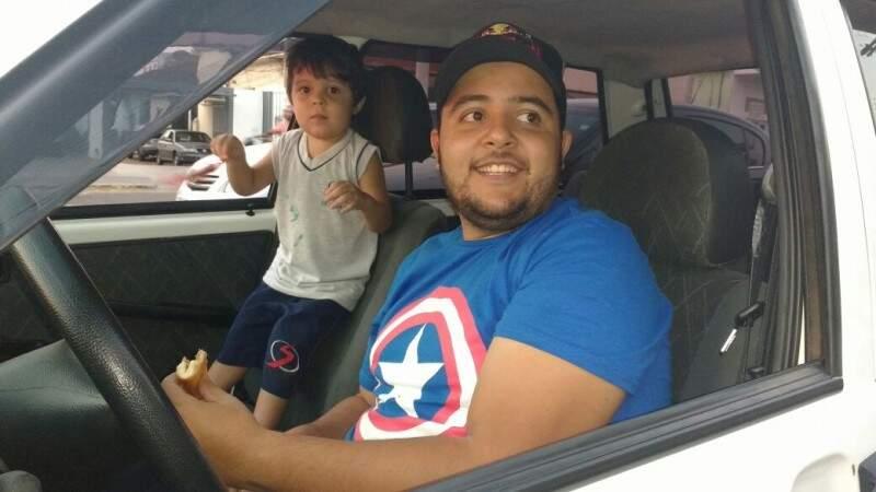 Thiago, ao lado do filho Matheus. Ele pai, já aproveitava e hoje vê o filho dando risada. (Foto: Silas Souza)