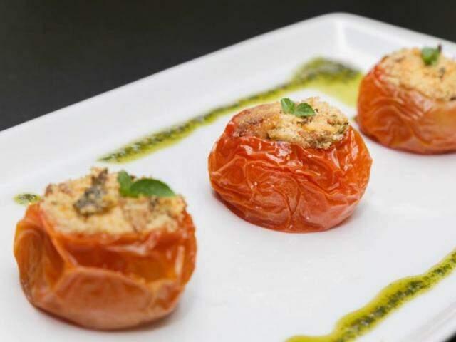 Tomate recheado com farofa agridoce feito especialmente para o Lado B. (Foto: Fernando Antunes)