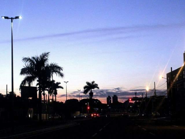 Quarta-feira amanhecendo com céu entre poucas nuvens no cruzamento da Avenida Fernando Correa com a Rua Rui Barbosa  (Foto: Saul Schramm)