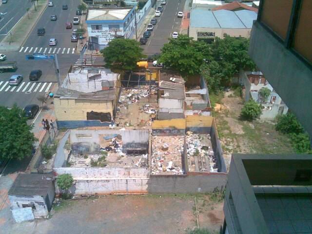 Leitor diz que prédio virou abrigo para usuários de drogas (Foto: Nair de Lima Abrego / Repórter News)