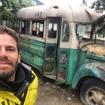 Renan com o ônibus que serviu de cenário para contar a história do aventureiro em A Natureza Selvagem (Foto: Arquivo Pessoal)