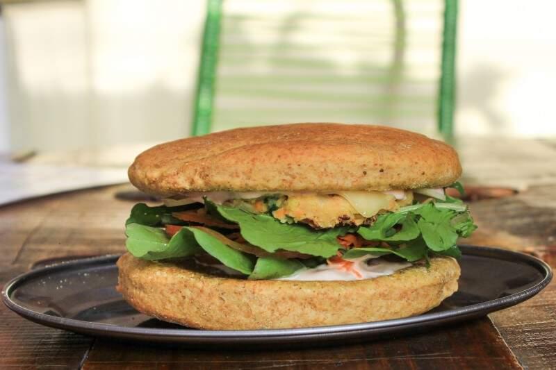Lanche com pão integral com hambúrguer de grão de bico (Foto: Marina Pacheco)