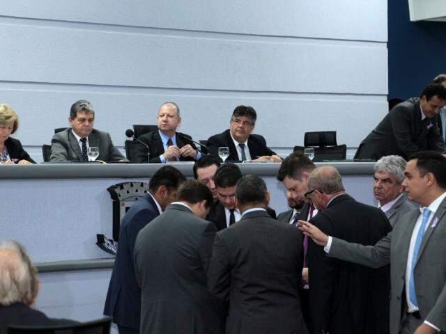 Análise e discussão dos parlamentares. (Foto: Izaias Medeiros)