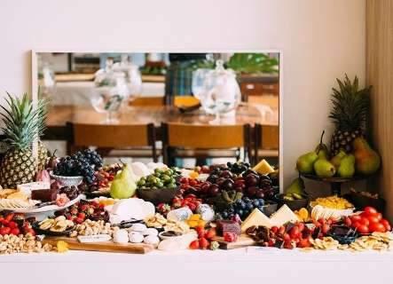 Com estilo e mesa farta, professor reúne amigos no sistema Grazing Table