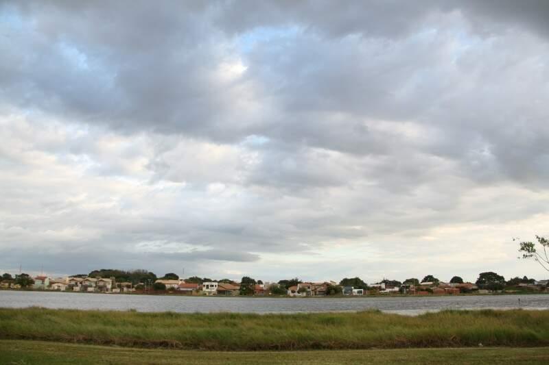Lagoa Itatiaia, um dos cartões postais, de Campo Grande. (Foto: Marcos Ermínio)