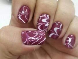 """Com unhas """"decoradas"""", manicure homem recomeça a vida em Campo Grande"""