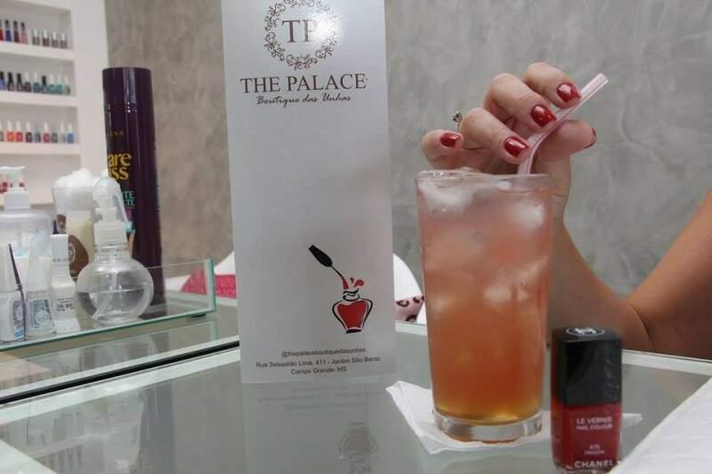 Entre os mimos estão drinks bem elaborados e uma carta de café. (Foto: Marcos Ermínio)