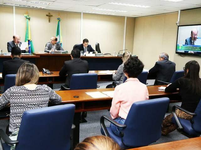 Deputados (no fundo) durante a reunião da CCJ. (Foto: Divulgação ALMS).