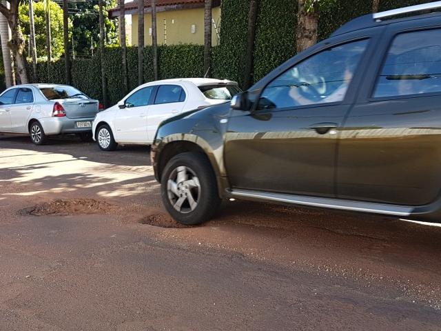 Veículo não consegue desviar e pneu cai em buraco. (Foto: Anahi Gurgel)