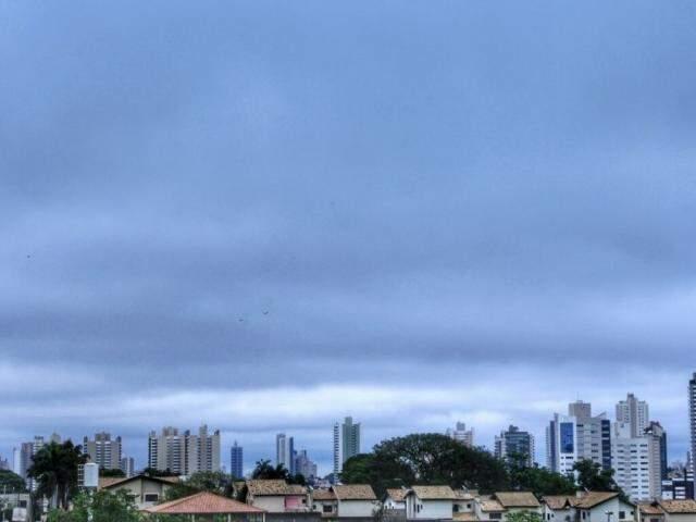 Céu amanheceu nublado em Campo Grande neste domingo (Foto: Marina Pacheco)