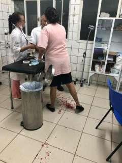 Mulher enfurecida quebra vidro de sala em UPA e estilhaços ferem enfermeiro