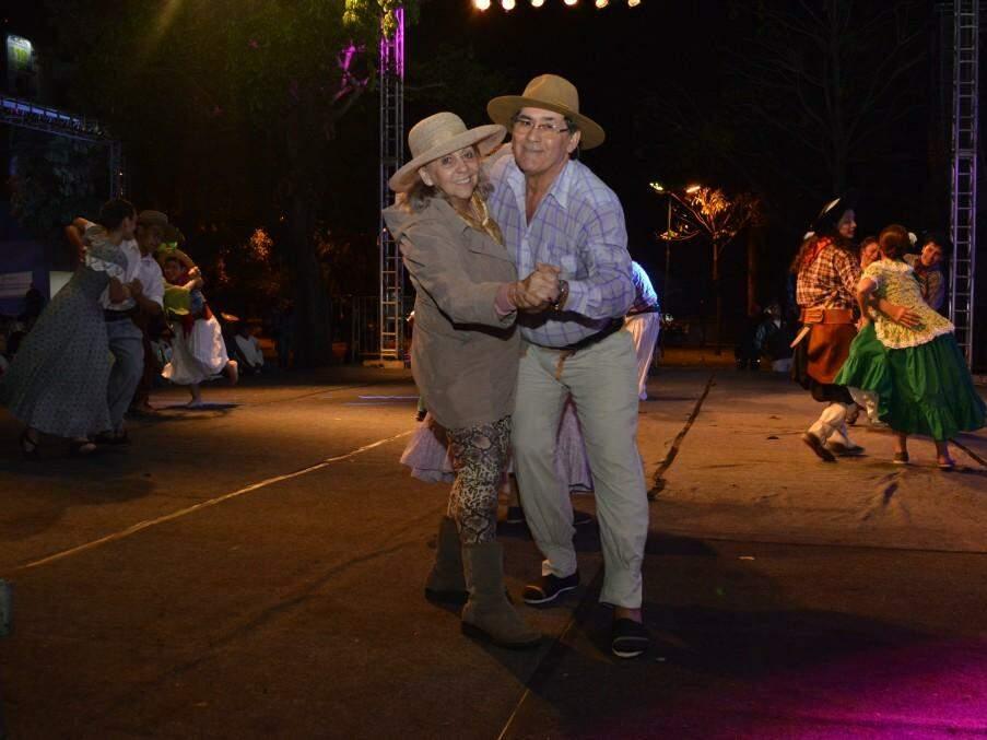 Dona Hilda e seu Peralta estão em todos os eventos de Chamamé e literalmente dançaram até fechar a pista (Foto: Kimberly Teodoro)