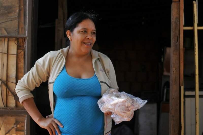 Maria diz que o frango é o preferido da família. (Foto: Alcides Neto)