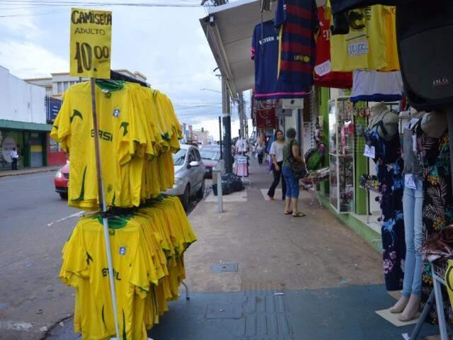 Anúncio de camisetas da seleção a R$ 10,00 na loja Cooperativa da Moda, que fica na Calógeras. (Foto: Thaís Pimenta)