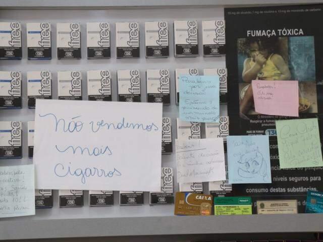 Painel que antes incentivava o fumo vendendo cigarros agora ganha mensagens apoiando a iniciativa da padaria. (Foto: Marcos Ermínio)