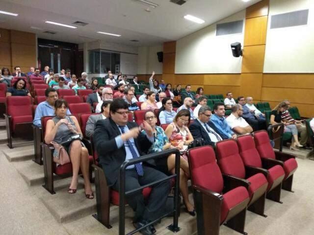 Representantes dos partidos no auditório do TRE, durante sorteio nesta sexta-feira. (Foto: Leonardo Rocha).