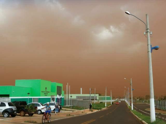 Nuvem de terra começou na zona rural e cobriu a cidade (Foto: Helio de Freitas)