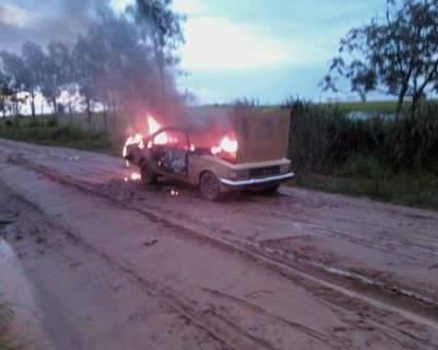 Carro pega fogo e a suspeita é de incêndio criminoso