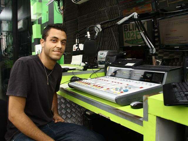 Pedro Henrique Teixeira, de 21 anos, interpreta a personagem Pedrita nas manhãs da rádio Blink 102. (Foto: Marcos Ermínio)