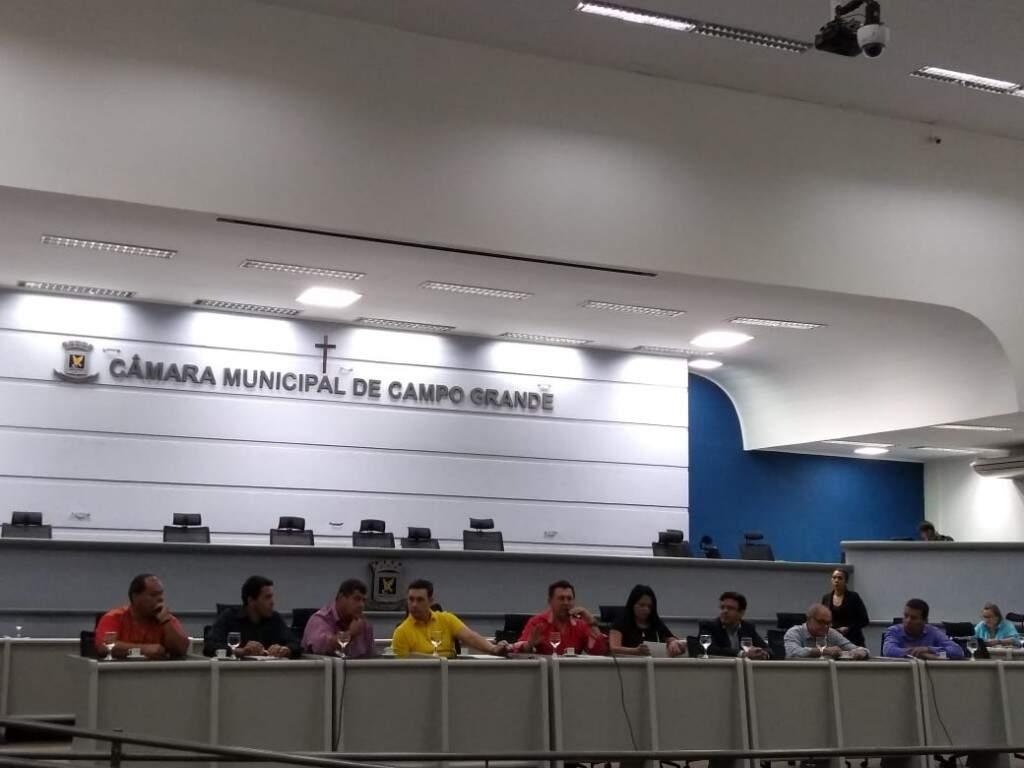 Vereadores sincronizados no colorido durante sessão.