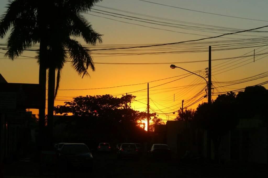 Sol predomina o céu nesta manhã em Campo Grande. (Foto: André Biitar)