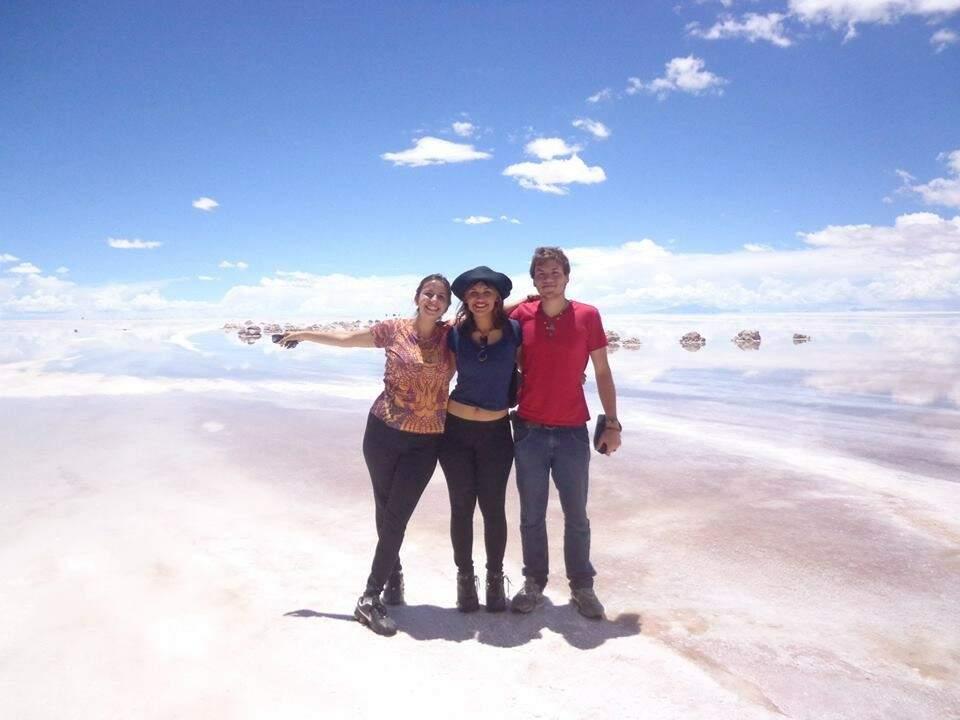 Amigos no deserto de Salar de Uyuni. (Foto: Acervo Pessoal)