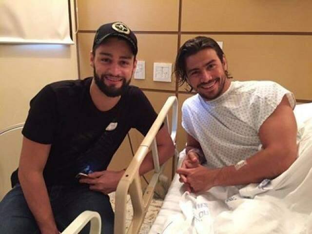 Munhoz e Mariano em foto divulgada durante internação do cantor em hospital