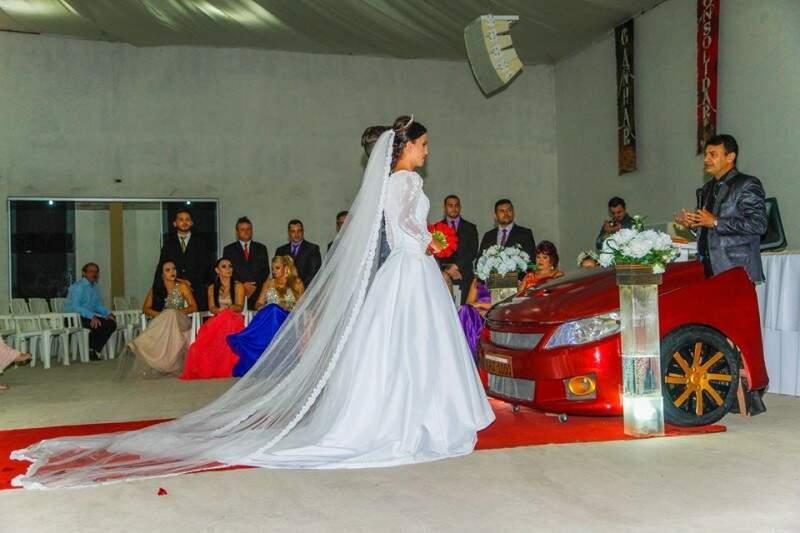 Frente de carro virou altar para Natanny e Junior. (Foto: Alexandre Fotografia)
