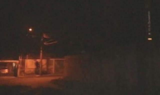 Rua 13 de Dezembro sendo iluminada pela luz das ruas paralelas (Foto: Direto das ruas)