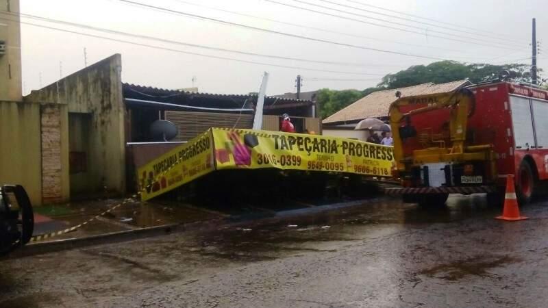 Parte da cobertura de tapeçaria caiu e matou funcionário (Foto: Eliel Oliveira)