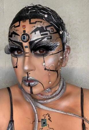 Usando rosto como tela, maquiagem transforma repórter em aula com drag