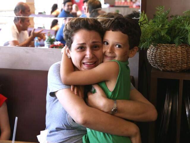Gabriel e uma nova amiga, durante tarde na padaria. (Foto: Kisie Añoa)