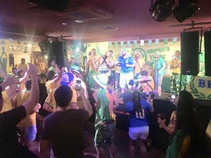"""Brasileiros fecham restaurante e fazem """"Esquenta Samara"""" que hoje é mata-mata"""