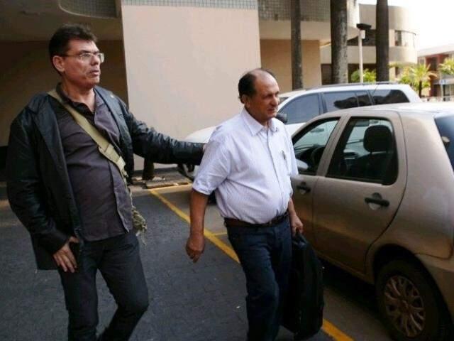 Deputado Zé Teixeira é conduzido por agente da PF após ser preso em hotel na Capital (Foto: André de Abreu/Top Mídia News)